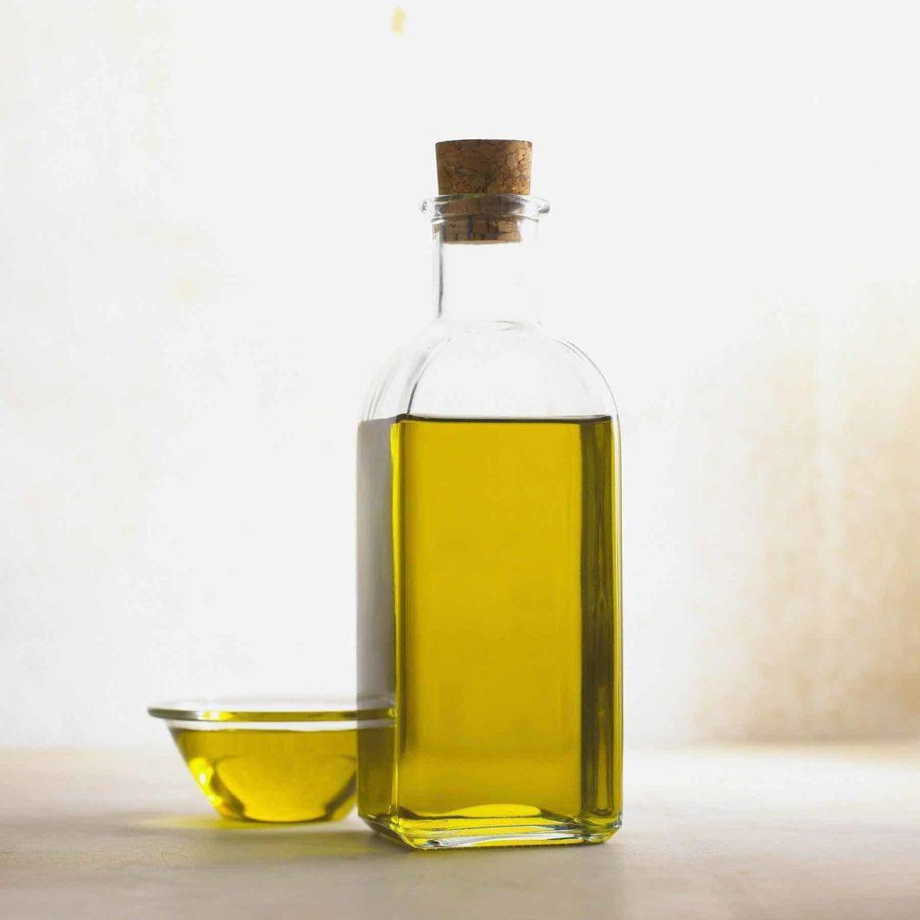 Olivenöl-das Allheilmittel- Flasche und Schale mit Olivenöl-BellsWelt (1)
