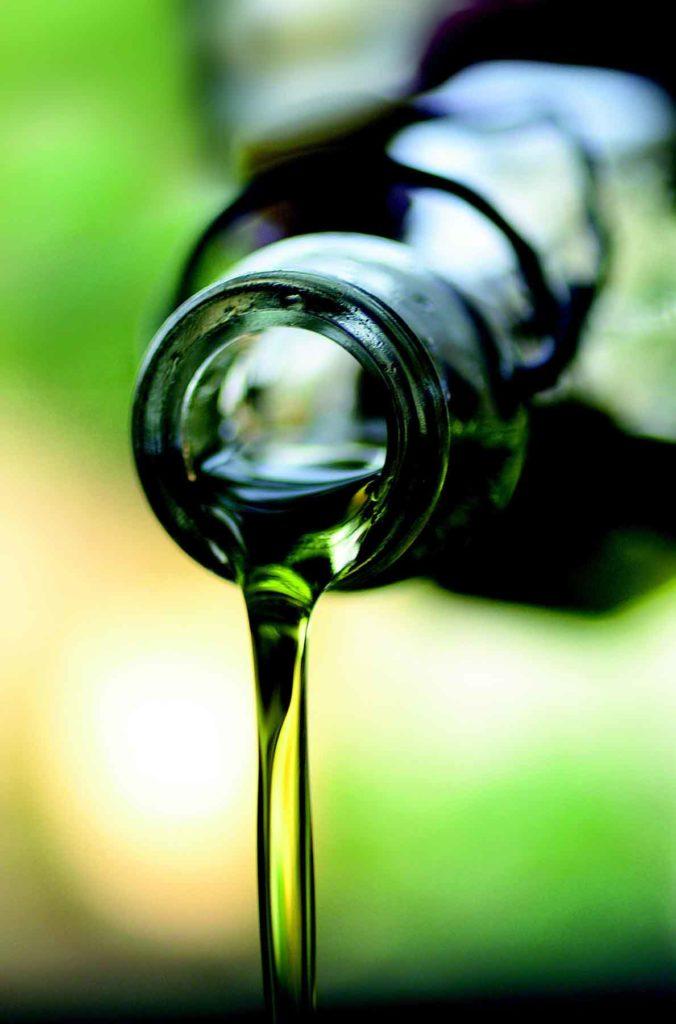 Olivenöl-das Allheilmittel- Olivenöl ausgießen Bellswelt