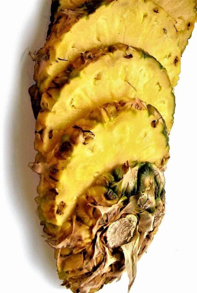 Ananas-eine heilkräftige Frucht-geschnittene Ananas-BellsWelt